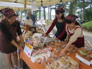 世田谷パン祭り当日。世田谷公園でコラボ三色パンの販売準備の様子