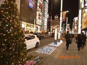 クリスマスのイルミネーションで華やぐ銀座の街並み