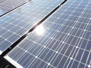 大学1号館屋上のソーラーパネル