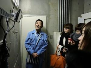 設備担当の若尾さんの説明でモニター画面の出力状況を確認