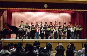 文化学習発表会での全体合唱の様子 (三宿中学校のサイトから転載)