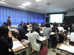 2月7日(土) 卒業論文発表会 先生からの質問に答える4年生