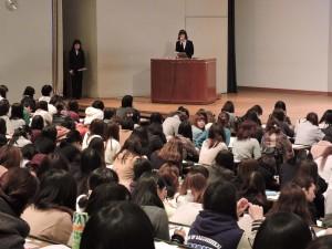 2月23日(月) 優秀卒業論文発表会 大きなホールの舞台上で堂々と発表するゼミ代表の学生