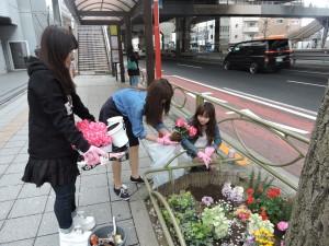 楽しみながら花植え作業をしています