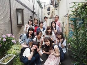 岡本さん、奥様、息子さんと共に「面六」の文字が入った纏と記念写真を撮影しました。ご家族の仲の良さも伺えます。貴重なお時間、本当にどうもありがとうございました!