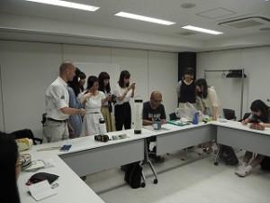小林さんがお書きになる江戸文字に学生たちも興味津々です。