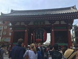 最初の集合場所は雷門の前でした。外国人観光客も大勢いました。
