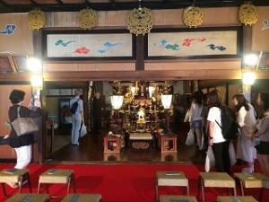 寺院の本堂の中まで見せて頂きました