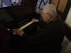 高橋先生が、歴史のある珍しいオルガンの音色を聴かせて下さいました