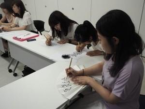 小林さんに書いていただいた字に墨入れをしている学生たち。墨入れをするとまた雰囲気がガラッと変わります。