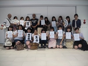 小林さんに書いていただいた江戸文字の名前と一緒に記念撮影をしました。いつもとは違った名前の雰囲気に学生も大喜び!心から感激、感謝です!