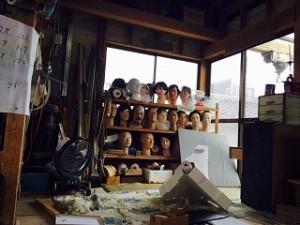 作業場には人形がずらりと並んでいます。まるで今にも動きだしそうですね。