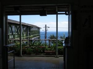 眼下に海が広がるJR根府川駅
