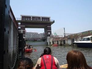 閘門内で水位の差体験