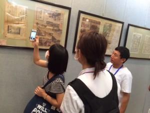終戦当時の中国の新聞展を見学する二人
