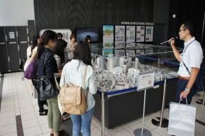 ヒカリエ11階で模型を前に渋谷駅周辺整備事業について説明を伺う