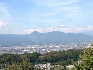 東明学林から冠雪の富士山を臨む