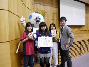 受賞後、Jリーグ公式キャラクターのJ-Boyくんと記念写真をパシャリ!