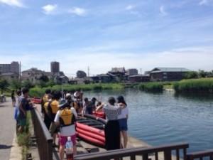 ライフジャケットをつけて、ボートを川へ運びます