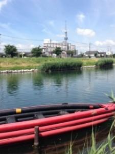 JR平井駅に集合し、旧中川にある船着場へ。写真手前がEボート、遠くにスカイツリーが!