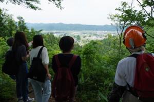 国道17号沿いにある新潟魚沼の里山にて。現地のNPOの方々と。