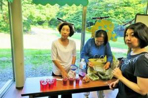 中杉さんが赤紫蘇のジュースとゴーヤのサラダを作ってきてくれました