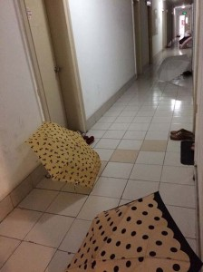 寮の廊下に傘を干す様子