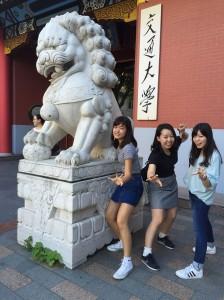 上海交通大学の正門前で