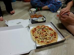 寮からの差し入れのピザ