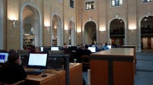 大学の図書館の中