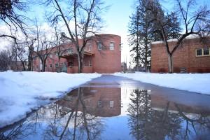 キャンパスの雪が溶けてできた水たまり