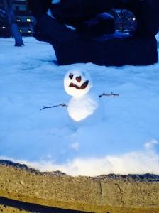 キャンパス内で見つけた雪だるま