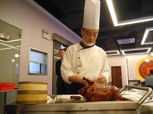 目の前で豪快に調理される北京ダック