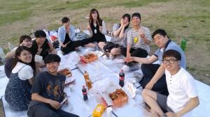 川沿いの公園でピクニック