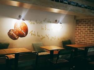 雰囲気のあるカフェの店内にて