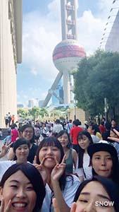 上海のテレビ塔の下にて