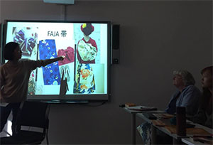 着物について発表した授業の様子