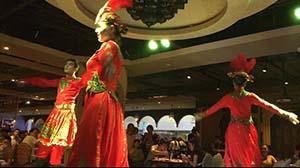 新疆の伝統的なダンスのパフォーマンス