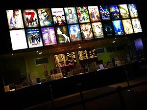 隣の駅にある大きな映画館