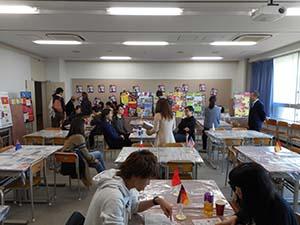 """国際学科の展示ブース""""Smile Café""""の様子"""