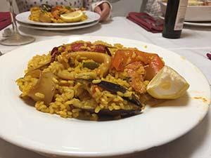 アルカラの有名なレストランで食べたパエリア