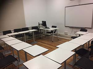 コの字型に配置された教室の様子