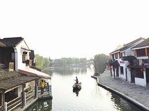 西塘古墳の水辺に浮かぶ船