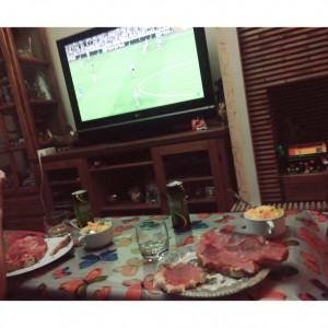 ホストファミリーとTVでサッカー観戦