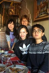 ホストマザーと現地の大学に通う留学生と