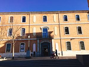 学校近くにある大学図書館
