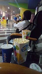 映画館のポップコーンとドリンク 日本のMサイズより大きくてビックリ