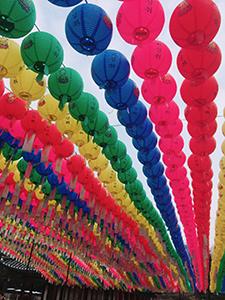 韓国の神社のカラフルな提灯
