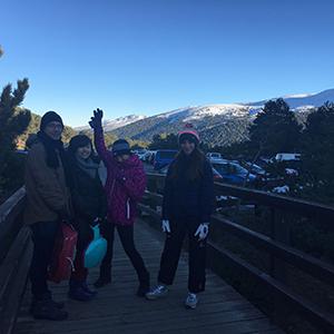 家族で雪山にそり滑りに