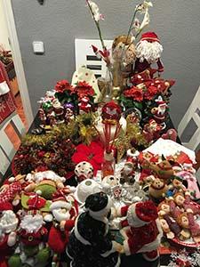 家族と飾り付けたクリスマスの飾り物
